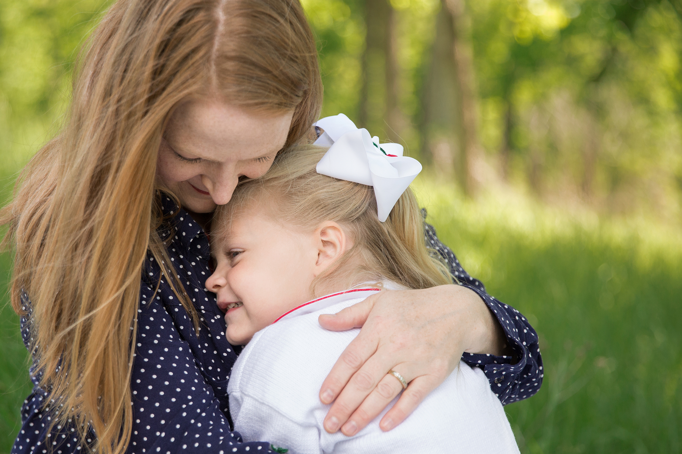 Momma and daughter hugging | St. Louis Photographers